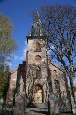Tjøme kirke er i nygotisk stil, bygd med den lokale bergarten larvikitt med detaljer i teglstein. (Foto: Frank Berg)