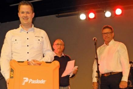 Jens Aarset, Aure Byggservice, vant Byggeriets dykkertpistol. I bakgrunnen utdelerne Trond Vedal og Inge Tore Langseth.