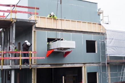 Sånn kan tunge byggevarer enkelt og sikkert løftes inn i bygget. (Foto: Wik Gruppen)