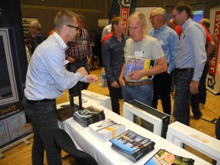 Lars Prestmo forteller om noen av Nordvestvinduets produkter til Sverre Svendsen, Tønsberg.