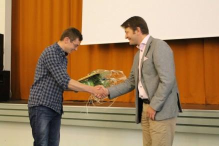Direktør Simen Bjørgen overrekker stipendet på 40.000,- kroner til Hans Andreas Haraldsen Lien. (Foto: Norsk Kulturminnefond)