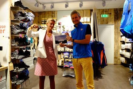 Cathrine Pia Lund og generalsekretær i DNT Nils Øveraas åpner konvolutten med vinneren. (Foto: Christopher Kunøe)