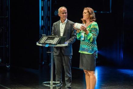 Her gir Kristin Skogen Lund underskriftene fra over 700 ordførerkandidater til Jan Tore Sanner.(Foto: NHO)