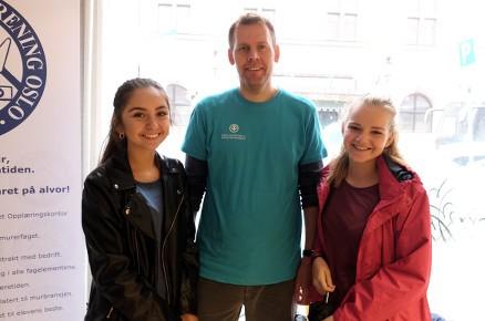 Eivind Andersen med elevene Erna og Kaja fra Ekeberg.