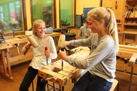 Emma Sofie (f.v.) og Tiril syns det er kjekt å få holde på med praktisk prosjekter.