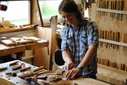 - Selv er jeg en 21 år gammel lærling i treskjærerfaget på andre året, med ett år på vg2 design og trearbeid med vekt på treskjæring ved Handverksskolen på Hjerleid, skriver Fløistad. (Foto: Karina Oak)