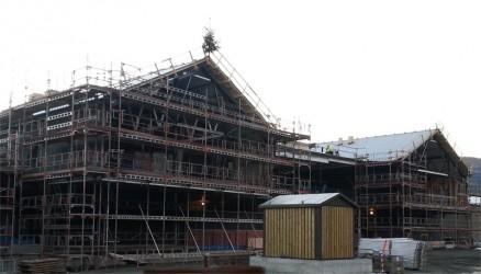 Tett tak på Nye Voss Vidaregåande skule ble feiret 1. juni i år. Skolen åpner 1. august neste år. (Foto: Hordaland Fylkeskommune)
