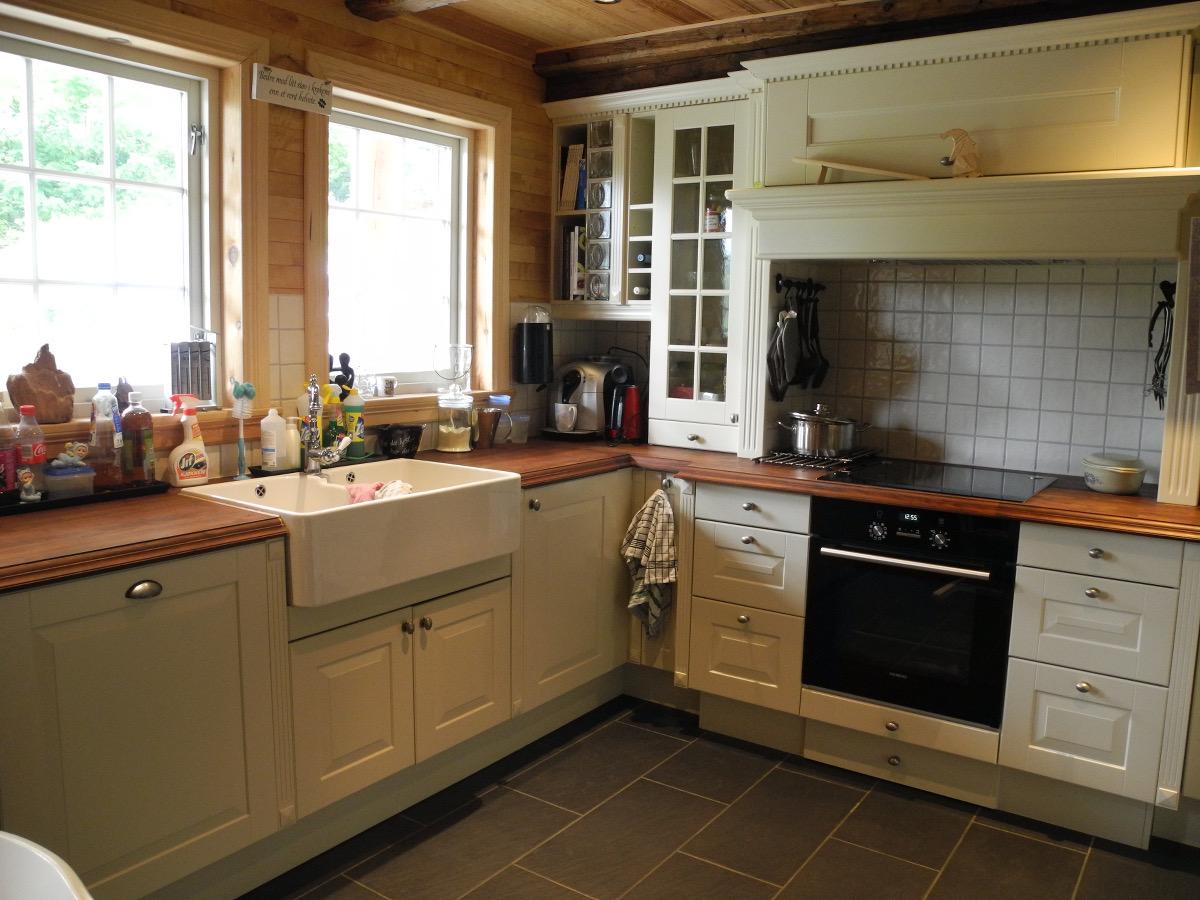 Kjøkkenet har tidligere vært utstillingsmodell som familien ikke ville tatt seg råd til om det måtte kjøpes inn til fullpris. (Foto: Per Bjørn Lotherington)