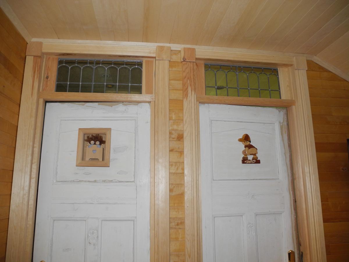 Gammelt blyglass er lagt inn over dørene for å gi lys til gangen mellom rommene. (Foto: Per Bjørn Lotherington)