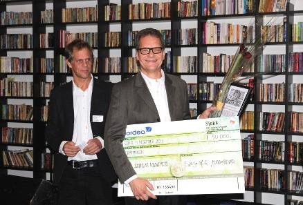 Sjur Mehlum fra Riksantikvaren overrakte prisen til en glad vinner. (Foto: Bygg og Bevar)