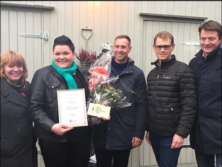 Mandag 9. november overrakte Kulturminnefondet sin plakett til Anita Teige, der også varaordfører i Ringsaker kommune, Geir Roger Borgedal, var til stede.