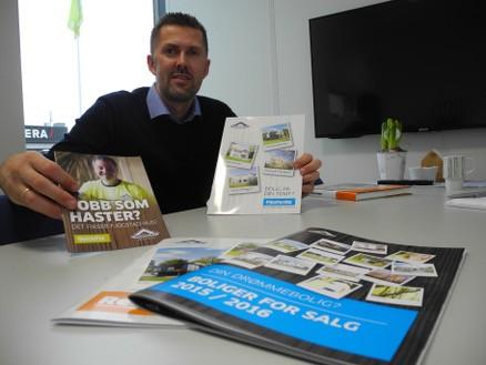 Salgssjef Tom Rune Tjelta viser fram brosjyrene om den store boligbyggerens andre kvaliteter og tilbud.