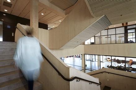Romfølelsen i inngangshallen kan bare kalles monumental med sine store treflater. (Foto: Thomas Harryson / Moelven)