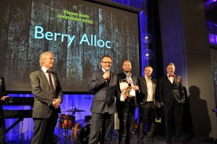 Ottar Hansen deler ut prisen og Harald Høyvik takker for tilliten sammen med sine kollegaer Ron Skjønberg, Rune Risbakken og Børge Nilsen. (Foto: Bygger´n)