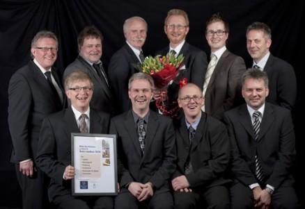 Dag Kjetil Lægerid (nr 4 fra venstre rad 2) og hans ansatte var stolte over utnevnelsen Årets Blink Hus. (Foto: Ricardofoto.no)