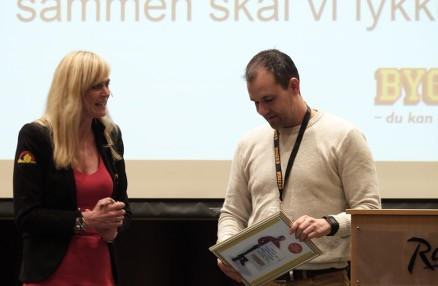 Daglig leder Tore Erik Hammer fra Bygger´n Drammen fikk diplom for å være best på verving til Bygger´n klubben.