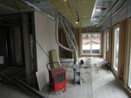 Uttørking av fukt i takelementer ved innblåsing av tørr luft i den ene enden av takelementet og utlufting av fuktig luft i åpninger i dampsperren i den andre enden av takelementet. (Foto: SINTEF Byggforsk)