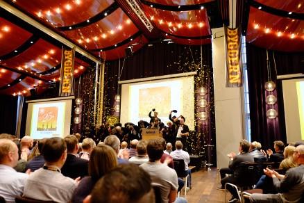Mannskoret Pirium innledet jubileumet med morsomme sanger og et forrykende sceneshow.