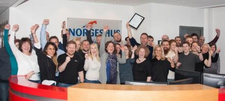 Klikk og se større bilde: Hele gjengen jubler i Norgeshus!