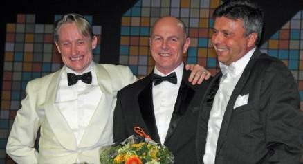 Da festmiddagen gikk mot slutten, ble Raymond Myrland takket av konsernsjef Mikkel Sandvik og Rune W. Andersen.