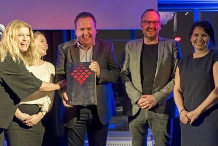 Birgitte Andersen, Systemhus har overrakt prisen Årets markedsfører til (f.v.) : Michelle B. Hauge, Thomas Re Johnsen, Ove Håland og Linda Håland i Arkoconsult.