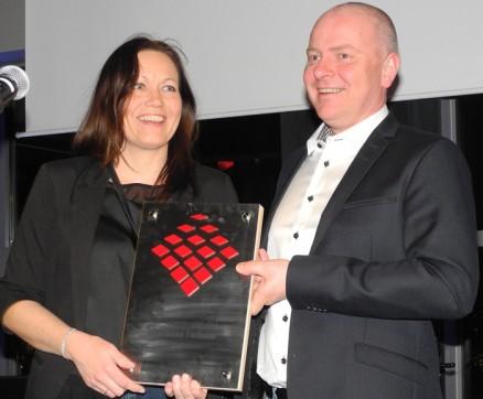 Marianne Furheim, Straume Mesterbygg AS, med prisen Årets selger, overrakt av Per Olav Børresen.