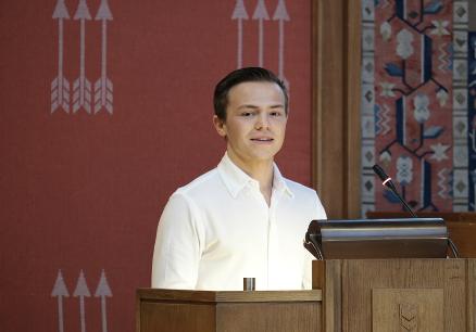 Mathias Thoresen tok fagbrev som servitør, gjorde det stort i Yrkes-VM og skulle samme kveld servere Kongen. Yrkesfagene trenger flere motiverte søkere som han.