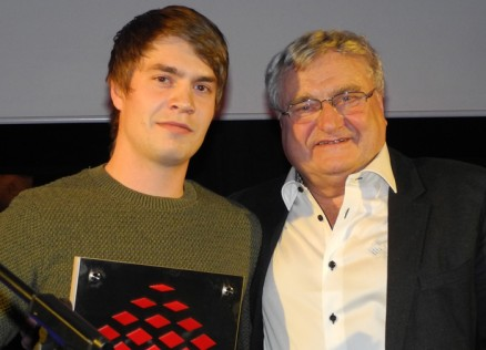 27 år gamle Gunnar Valsson med Ørneblikkprisen, overrakt av Knut Skjemstad.