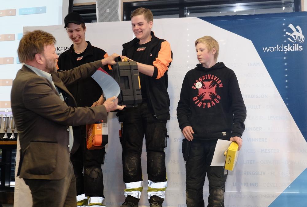 Regiondirektør Erik Heier gir førstepremien til Viktor Johansson fra Taserudgymnasiet i Arvika.