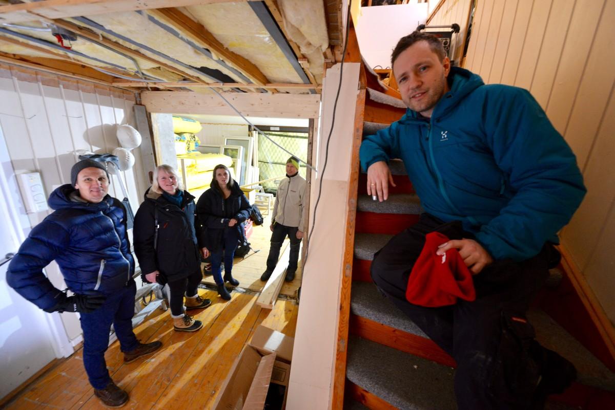 """Byggherre Anders Engeland slapper av fem sekunder i trappa mens teamet fra Mesterhus og Ratio arkitekter diskuterer såkalte """"løpende problemstillinger."""" (Foto: Fredrik Drevon.)"""