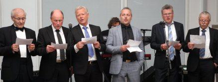 (Klikk og se større bilde:) Hele komiteen synger sitt velkommen (f.v.) Ole Petter Ovesen, Jarle-Inge Stevnebø, Petter Arnt Løvdahl, Kjell Arne Sigdestad, Per Ingvar Stølsvik og Bjarne Flataker.
