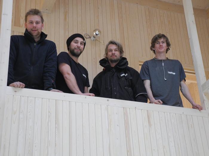 De fire tømrerne som var med på å bygge boligen: (f.v.) Mikkel Bøe, Mats Eriksen, Johan Wilhelm Schioldborg og Sindre Gustafson.
