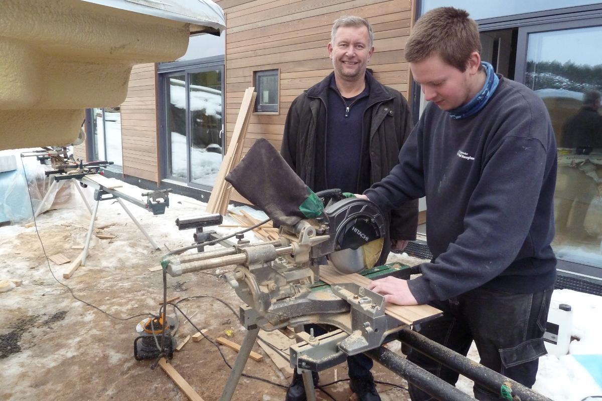 Siden årsskiftet har Gundersen ledet Vestmar opplæringskontor for Bygg- og Mek fag i Telemark. Her på besøk hos tømrerlærling Joakim Isaksen.