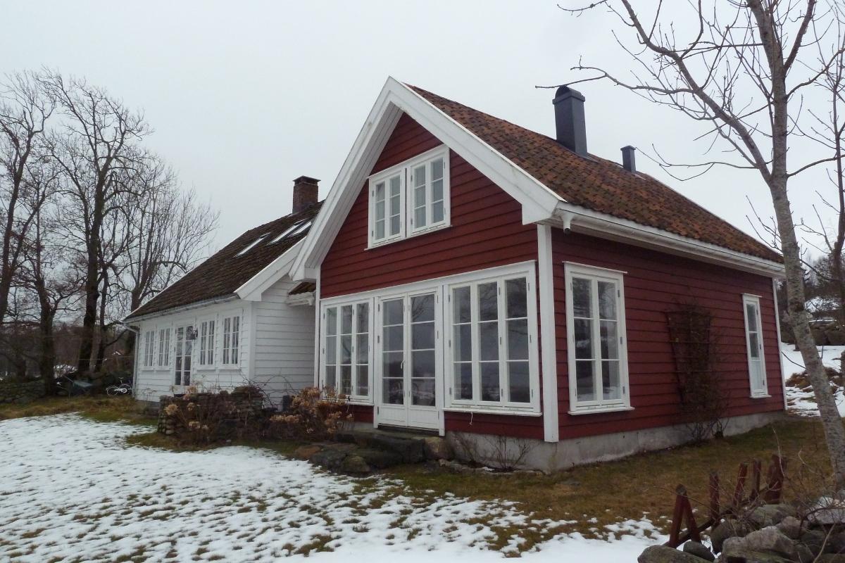 Hyttene kan utvides med opptil 40 kvadratmeter som med dette røde tilbygget til den hvite hytta.