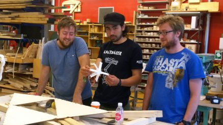 Frå venstre: John Haddal Mork, Steinar Hillersøy Dyvik og Marcin Luczkowski frå forskargruppa Konseptuell konstruksjonsdesign. (Foto: NTNU/Bendik Manum)