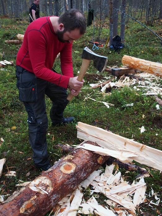 Etter at stokken er delt må den hugges ned til to glatte bord. (Foto: Åge Emil Bergquist)