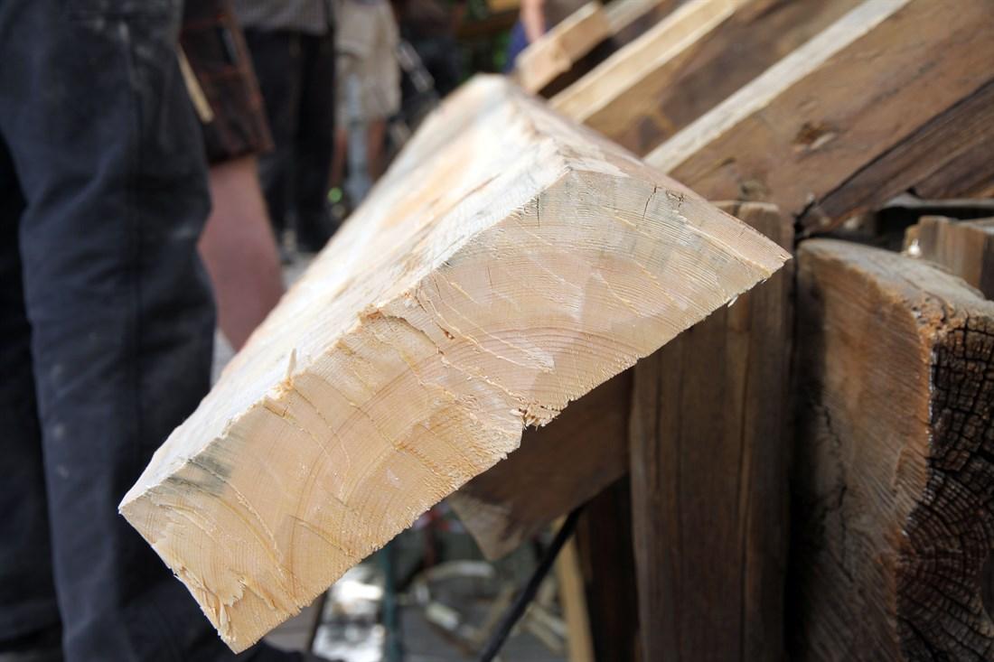 Bordene legges med margen ned. (Foto: Christel Wigen Grøndahl, Bygg og Bevar)