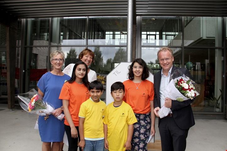 Rektor Tone Nordstrøm, ordfører Marianne Borgen og byrådsleder Raymond Johansen med elever fra skolen. (Foto: Osloskolen)