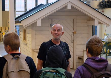 Faglærer Kristian Lorck viste frem tømrerfaget på BA Kuben for mange.
