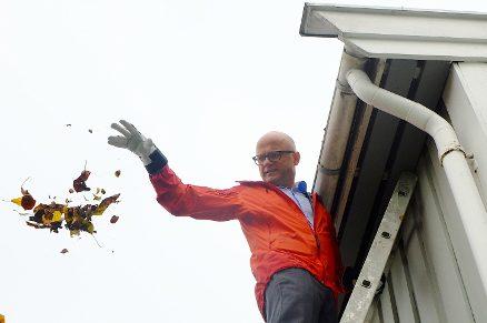 Klima- og miljøminister Vidar Helgesen klimasikrer takrenna.