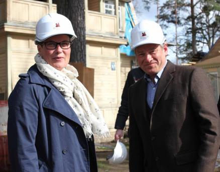 Klima- og miljøminister Tine Sundtoft og Norsk håndverksinstitutts Eivind Falk inspiserer dikterhjemmet i Jurmala (foto: Riksantikvaren)