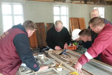 Jarl Styve (i midten) instruerer i vindusrestaurering. I bakgrunnen Kolbjørn Vegar Os.