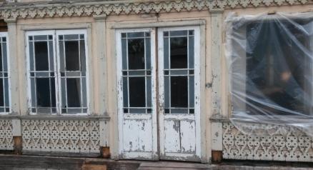 Restaurering av vinduer og dører i Jurmala.