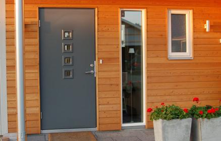 Ytterdørene har god isolasjonsevne, som bidrar til å gjøre huset tettere. (Foto: Swedoor)