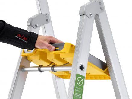 Verktøyhyllen er plassert høyt slik at den fungerer som god støtte og langt frem slik at man får utnyttet hele plattformen man står på.