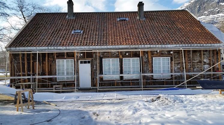 All kledning ble fjernet for å kontrollere skader og fjerne gammel isolasjon. (Foto: Ove Losnegård)