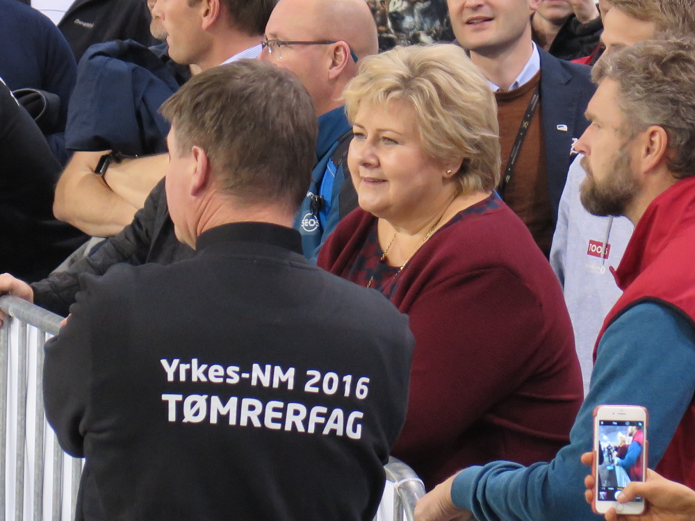 Byggmester Inge Bauge viser statsminister Erna Solberg konkurransen i tømrerfaget. (Foto: Øivind Ørnevik / Byggmesterforbundet)