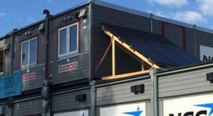 På brakkene er seks paneler satt opp, og viser at byggeplassen har ambisjoner om å begrense klimagassutslippene. (Foto: S. M. Haugen, NCC)
