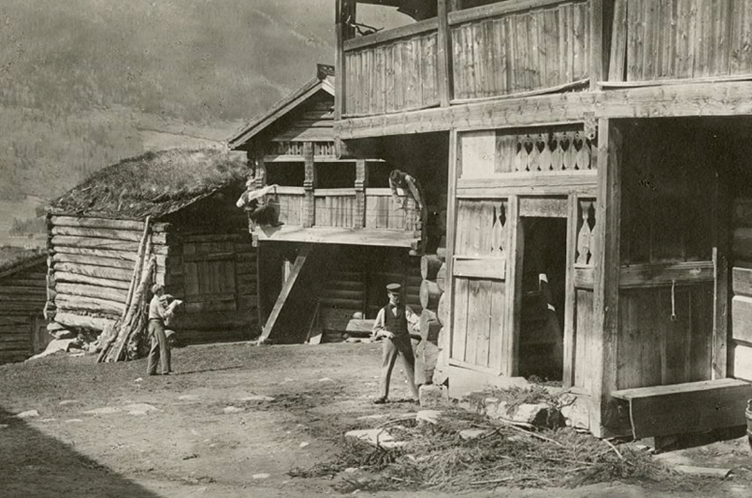 Bildet viser elever fra Tegneskolen som gjør oppmålingsarbeid på Bjørnstad gård i Vågå i 1898. Selv om arbeidet kan beskrives som privilegert for tiden kunne det allikevel by på til dels farefulle oppgaver. (Foto: Herman M. Schirmer, Riksantikvaren)