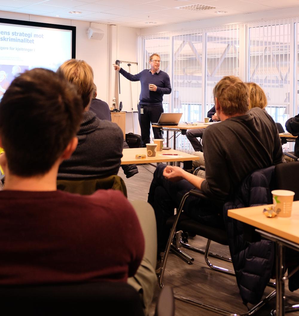 Næringspolitisk rådgiver i BNL, Jomar Talsnes Heggdal ga deltakerne et godt innblikk i BNLs syn på hvordan arbeidslivskriminaliteten kan